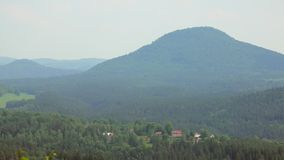 Paisaje épico de Checo en el día de verano, visión superior en el parque Suiza bohemia de la reserva almacen de video