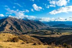 Paisaje épico del valle de la montaña Silueta del hombre de negocios Cowering Imagen de archivo libre de regalías