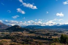 Paisaje épico del valle de la montaña Silueta del hombre de negocios Cowering Foto de archivo libre de regalías