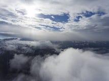 Paisaje aéreo con el sol y las montañas Fotografía de archivo