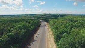 Paisaje aéreo de las cercanías de la ciudad del Samara, caminos, bosques, nubes hermosas, silueta de la ciudad metrajes