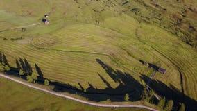 Paisaje aéreo del abejón de los prados en las muchas altitudes, formando las colinas suaves Dolomías, Alta Badia, Sud el Tirol, I almacen de video