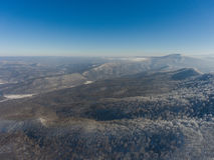 Paisaje aéreo del bosque de la montaña del invierno Fotografía de archivo