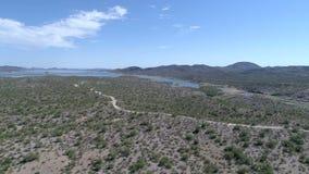 Paisaje aéreo del lago y de la montaña arizona almacen de metraje de vídeo
