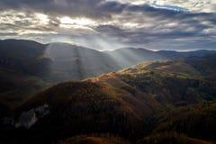 Paisaje aéreo en las montañas de Apuseni, Rumania de la puesta del sol del otoño Fotografía de archivo