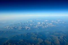 Paisaje aéreo, montañas, cielo, nubes y horizonte. Fotos de archivo libres de regalías