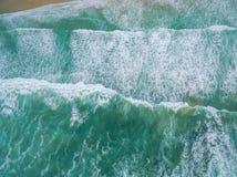 Paisaje aéreo que considera abajo el machacamiento de olas oceánicas de la turquesa fotografía de archivo libre de regalías
