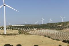 Paisaje agrícola con los molinoes de viento Imagen de archivo libre de regalías