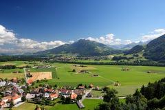 Paisaje agrícola suizo del castillo de Gruyer Imágenes de archivo libres de regalías