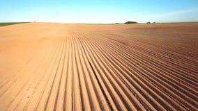 Paisaje agr?cola, campo arable de la cosecha Las patatas colocan después de plantar mecanizado almacen de metraje de vídeo