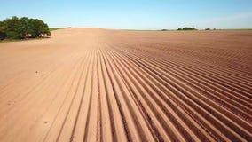 Paisaje agr?cola, campo arable de la cosecha Las patatas colocan después de plantar mecanizado metrajes