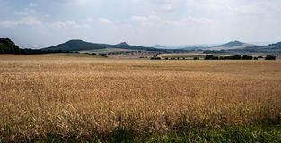 Paisaje agradable de las montañas del stredohori de Ceske en República Checa Foto de archivo