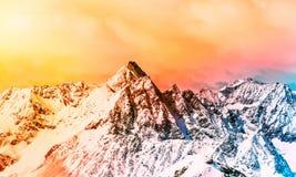 Paisaje alpestre colorido Picos de montaña coronados de nieve imagenes de archivo