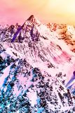 Paisaje alpestre colorido Picos de montaña coronados de nieve Hermoso fotografía de archivo libre de regalías