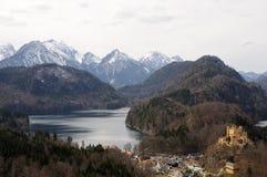 Paisaje alpestre con el lago imagen de archivo