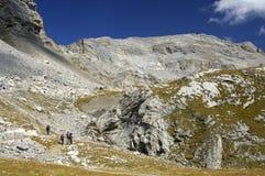 Paisaje alpestre con los caminantes Foto de archivo libre de regalías