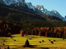 Paisaje alpestre con los graneros del otoño foto de archivo libre de regalías