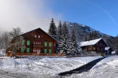 Paisaje alpestre del invierno imagenes de archivo