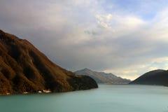 Paisaje alpestre del lago Imagen de archivo libre de regalías