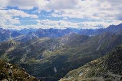 Paisaje alpestre del verano de la montaña Foto de archivo
