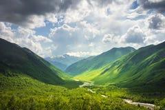 Paisaje alpestre Paisaje maravilloso de la montaña de las montañas de Svaneti en día brillante soleado Montañas del Cáucaso georg fotos de archivo