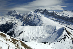 Paisaje alpestre nevado imagenes de archivo