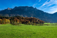 Paisaje alpino asombroso del campo en el tiempo del otoño Austria, el Tirol foto de archivo