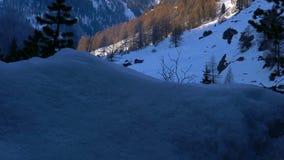 Paisaje alpino con el pico de Cervino en la luz del sol de la mañana almacen de metraje de vídeo