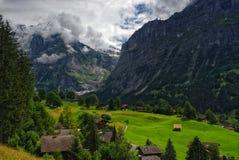 Paisaje alpino con las montañas cubiertas por las nubes en Grindelwald, Suiza foto de archivo libre de regalías