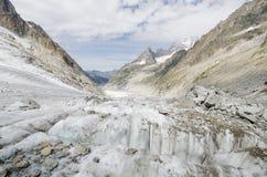 Paisaje alpino con las montañas y el glaciar Imagen de archivo libre de regalías