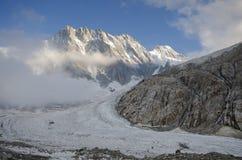 Paisaje alpino con las montañas y el glaciar Imagenes de archivo