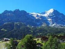 Paisaje alpino de la gama de montañas cerca del pueblo de GRINDELWALD en las MONTAÑAS suizas de la belleza en SUIZA Foto de archivo