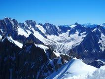 Paisaje alpino de la gama de montañas en las MONTAÑAS francesas vistas de Aiguille du Midi en CHAMONIX MONT BLANC en FRANCIA Imágenes de archivo libres de regalías