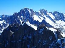 Paisaje alpino de la gama de montañas en las MONTAÑAS francesas vistas de Aiguille du Midi en CHAMONIX MONT BLANC en FRANCIA Imagenes de archivo