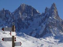 Paisaje alpino de las dolomías con nieve Trentino fotografía de archivo