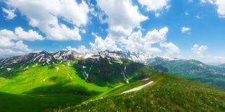 Paisaje alpino de las montañas fotografía de archivo libre de regalías