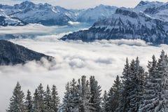 Paisaje alpino del invierno espléndido con las altas montañas fotografía de archivo