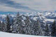 Paisaje alpino del invierno espléndido con las altas montañas fotografía de archivo libre de regalías