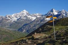 Paisaje alpino en el día soleado Foto de archivo libre de regalías