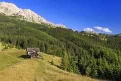 Paisaje alpino en montañas rumanas imagenes de archivo
