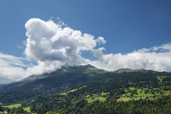 Paisaje alpino escénico con las montañas bosque y casas Foto de archivo