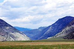 Paisaje alpino hermoso con un avión de la montaña Fotos de archivo