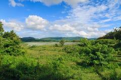 Paisaje amplio del campo con el cielo azul Foto de archivo libre de regalías