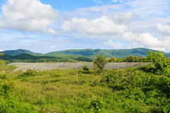 Paisaje amplio del campo con el cielo azul Fotos de archivo