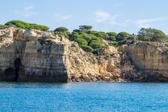 Paisaje anaranjado único de la piedra arenisca y de la piedra caliza de Lagos, Algarve, Portugal imágenes de archivo libres de regalías