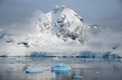 Paisaje antártico con el mar tranquilo Foto de archivo libre de regalías