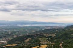 Paisaje asombroso abajo al valle y al mar, cerca del Lamia, Grecia Foto de archivo libre de regalías