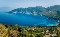 Paisaje asombroso de la isla mediterránea Vacaciones de verano Ithaki-vista de Grecia, isla de la bahía pintoresca en caliente fotografía de archivo libre de regalías