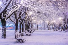 Paisaje asombroso de la noche del invierno del banco nevado entre nevoso Foto de archivo libre de regalías