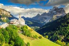 Paisaje asombroso de la primavera con la iglesia en la colina, dolomías, Italia Foto de archivo